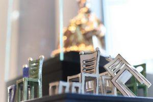 Stühle als Thron und die Thronende Madonna. Eine besondere Begegnung. Foto: DVM/Alex Lehn